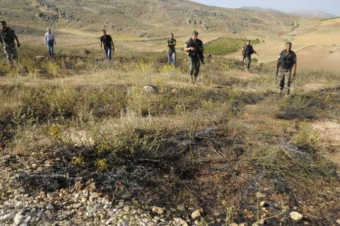Des soldats libanais inspectent un site sur lequel est tombé une roquette, dans la vallée de Bekaa, le 1er juin.