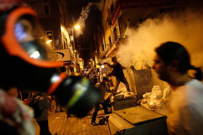 Des manifestants se heurtent à la police antiémeute, dimanche 2 juin, à Istanbul.