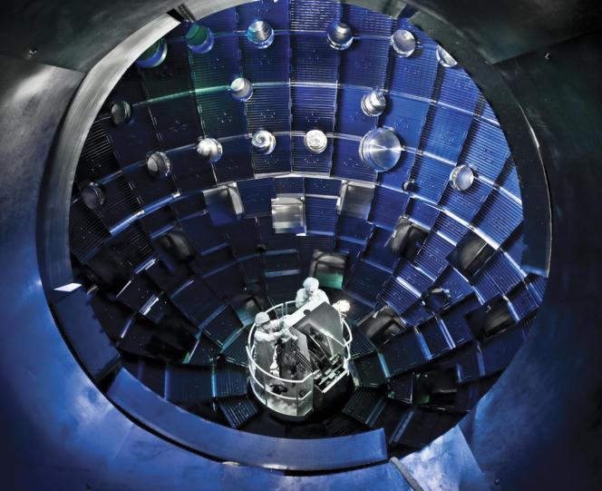 Au Laboratoire national Lawrence Livermore, en Californie, les chercheurs tentent de reproduire les conditions physiques d'une explosion thermonucléaire en fusionnant des noyaux légers.