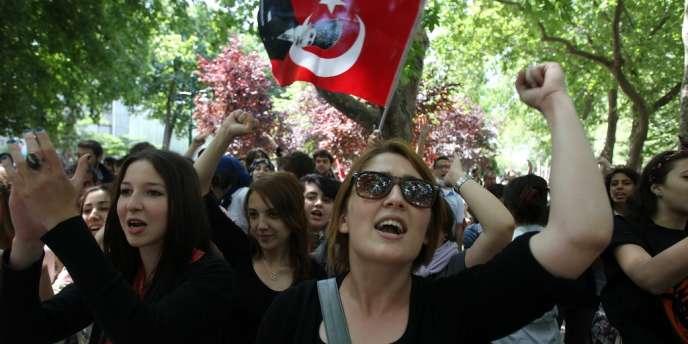 Des lycéens dans le parc Gezi, à Istanbul, le 3 juin.