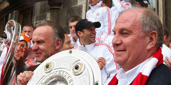 Le président du Club de football FC Bayern, Uli Hoeness (à droite), a bénéficié d'une amnistie pénale après avoir avoué l'existence d'un compte non déclaré en Suisse, crédité de plus de 15 millions d'euros.