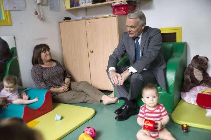 Jean-Marc Ayrault, en visite dans une crèche parisienne, après l'annonce de la réduction du quotient familial, le 3 juin.