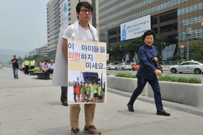 A Séoul, le 3 juin 2013, une manifestation en faveur des neuf Nord-Coréens. Sur la pancarte :