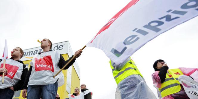 Des salariés allemands d'Amazon manifestent, le 27 mai, devant le site de l'entreprise, à Leipzig (Saxe).