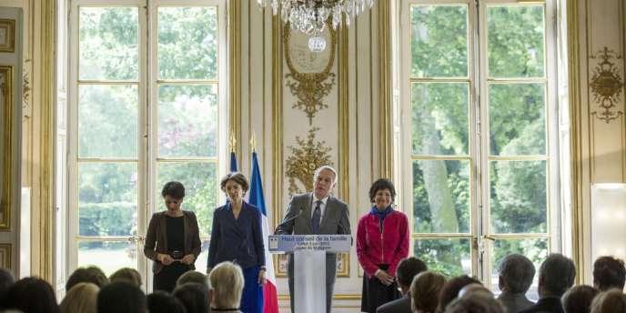Jean-Marc Ayrault, accompagné (de g. à dr.) de Najat Vallaud-Belkacem, Marisol Touraine et Dominique Bertinotti, à l'annonce de la réduction du quotient familial, à Matignon, le 3 juin. Le quotient familial a été instauré après-guerre afin d'inciter à la procréation.