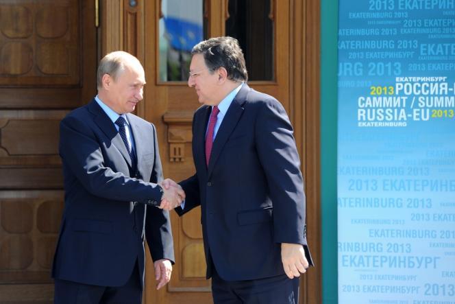 Le président russe, Vladimir Poutine (à gauche), et le président de la Commission européenne, José Manuel Barroso, lors du sommet Russie-UE, le 4 juin, à Ekaterinbourg.