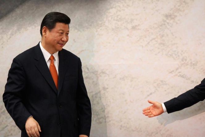 Le président chinois Xi Jinping s'apprête à serrer la main du président mexicain Enrique Peña Nieto, au palais présidentiel de Los Pi, à Mexico, le 4 juin.