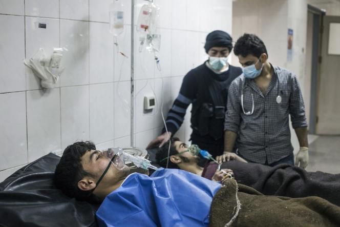 Des combattants rebelles sont soignés après avoir inhalé des gaz chimiques sur le front de Damas, le 14 avril.