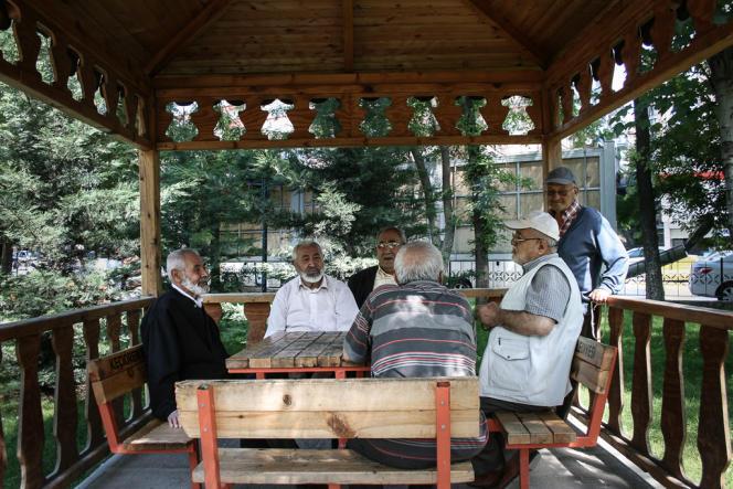 Des partisans de l'AKP discutent, dans l'arrondissement de Keçiören.