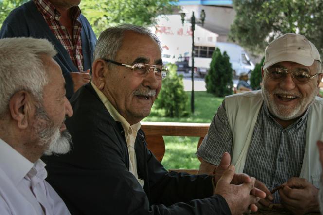 « Ils essaient de faire une révolution et d'ignorer nos votes », qui reconduisent l'AKP au pouvoir depuis 2001, dit Kadir Durucon, 70 ans, attablé avec six amis sous un auvent.