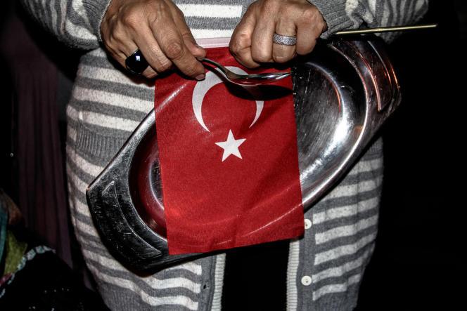 Au cours du rassemblement, les manifestants utilisaient des ustensiles de cuisine pour faire du bruit.