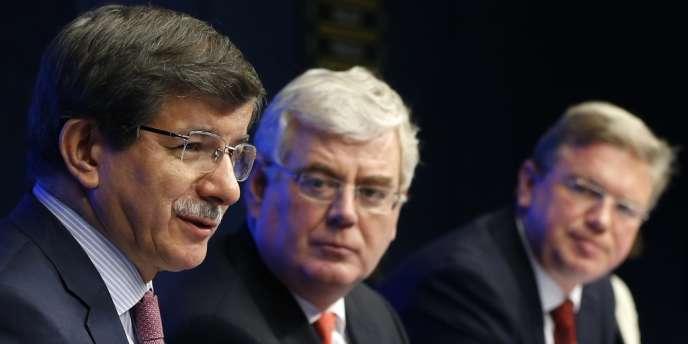 Le ministre des affaires étrangères turc, Ahmet Davutoglu, avec son homologue irlandais et le commissaire européen à l'élargissement, Stefan Füle, le 27 mai 2013 à Bruxelles.