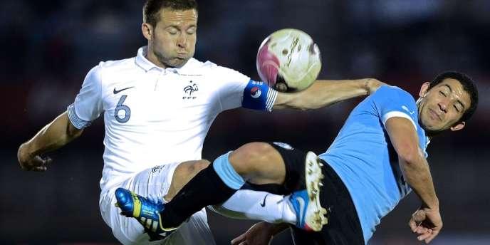 Le Français Yohan Cabaye face à Walter Gargano, de l'équipe d'Uruguay, mercredi 5 juin à Montevideo.