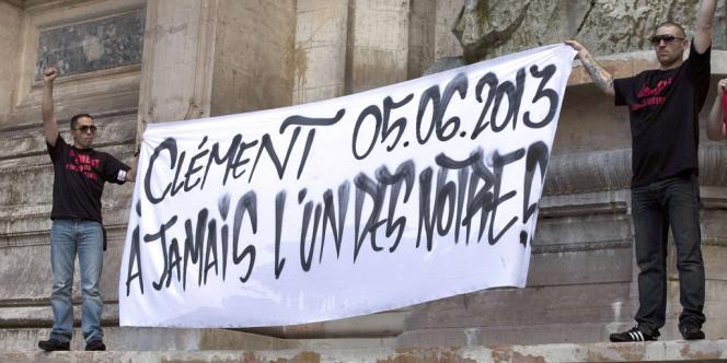 Deux amis de Clément Méric, juchés sur la fontaine de la place Saint-Michel, ont déployé une banderole.
