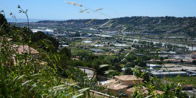 La plaine du Var, un patchwork de champs agricoles et de constructions diverses.