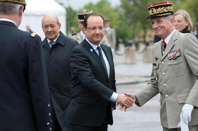 François Hollande et le général Benoît Puga le 8 mai à Paris.