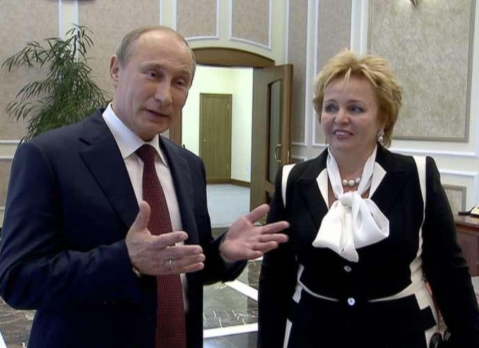 Capture d'écran de la chaîne Russia 24 montrant le couple Poutine annonçant publiquement son divorce, le 6 juin.