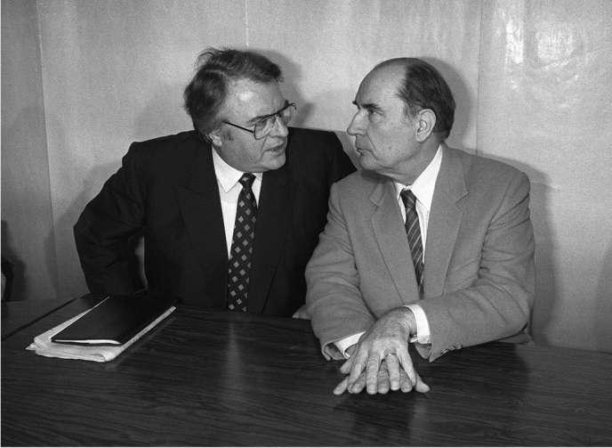 Pierre Mauroy et François Mitterrand le 27 avril 1981, lors du Conseil national du PS qui précéda la victoire de la gauche à l'élection présidentielle.