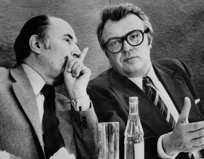 Le premier secrétaire du Parti socialiste français François Mitterrand (à g.) s'entretient avec son second, Pierre Mauroy (à dr.), le 16 mai 1976 au palais des congrès de Dijon (Côte-d'Or).