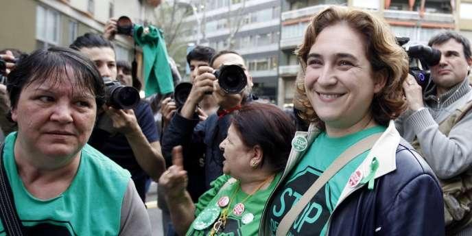 Ada Colau (à droite), la porte-parole de la PAH, lors d'un rassemblement organisé devant le siège du Parti populaire espagnol, le 16 avril.