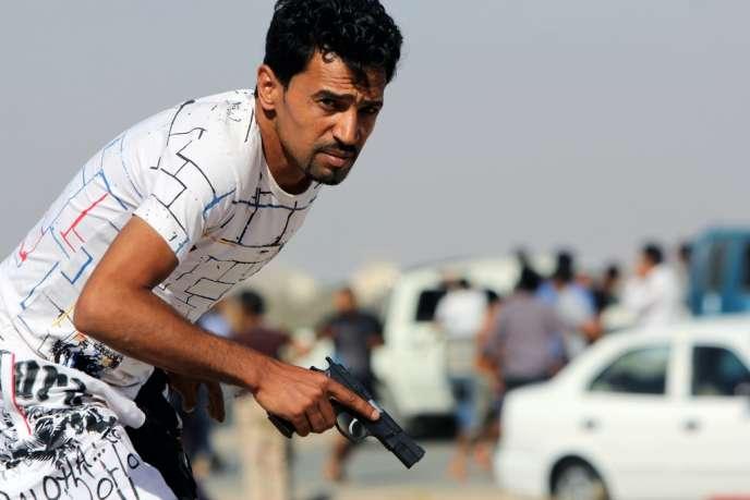 Un manifestant armé contre la brigade