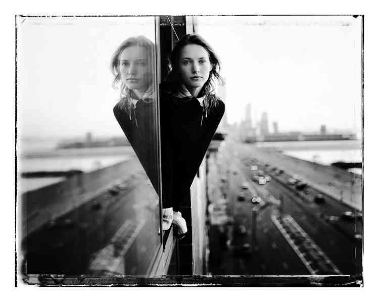 """Steve Hiett : """"C'est un portrait de ma grande amie le mannequin Cecilia Chancellor, que j'ai pris d'une fenêtre donnant sur le West Side Highway,  à New York. C'était une route assez cabossée à l'époque et certainement pas le genre d'endroit où vous auriez aimé vous balader  la nuit. J'ai pris cette photo en 1994 le jour de Thanksgiving. Il pleuvait, il faisait froid. Cecilia était passée me voir, je l'ai photographiée en train de regarder l'Hudson River. On m'a souvent dit que c'était l'une de mes meilleures photos mais, d'une certaine façon,  c'est surtout la sienne. Elle montre Cecilia telle qu'elle est toujours, il est impossible de prendre une mauvaise photo d'elle."""""""