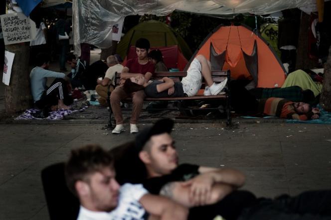 Des jeunes militants squattent au parc Gezi à Istanbul, le 8 juin.