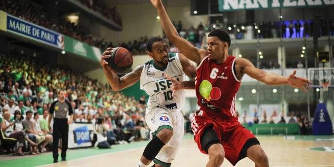 David Lighty (à gauche) et Nanterre ont battu Axel Toupane et Strasbourg, samedi en finale du championnat de France de ProA de basket.