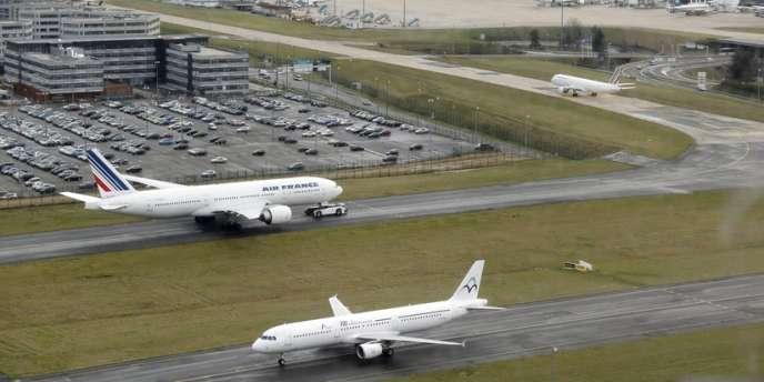 L'Etat empoche 738 millions d'euros en cédant 4,7 % d'Aéroports de Paris au groupe de construction Vinci et 4,8 % à l'assureur-vie du Crédit agricole.