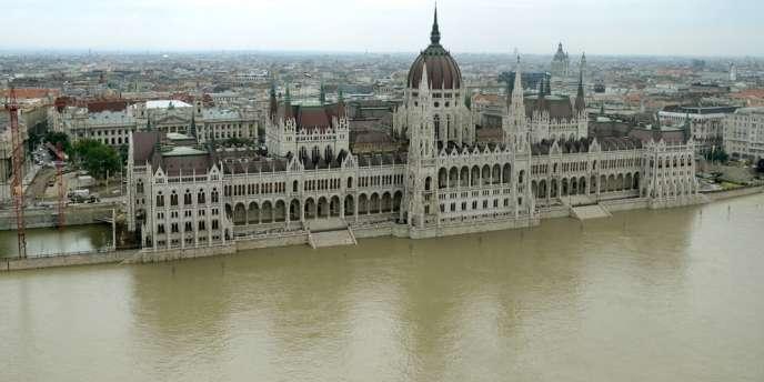 Les escaliers du parlement inondés par le Danube, le 8 juin à Budapest.