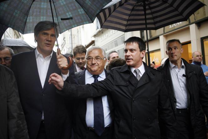 Stéphane Le Foll et Manuel Valls encadrent Bernard Barral, candidat à la législative partielle dans la 3e circonscription du Lot-et-Garonne, à Villeneuve-sur-Lot le 8 juin 2013.