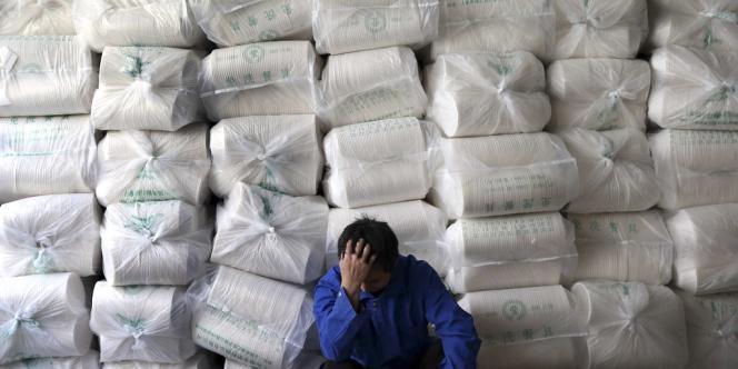 Un ouvrier chinois dans une usine de Shanghaï, le 17 avril.