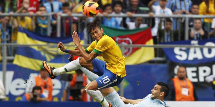 Le Français Adil Rami, impuissant face à la nouvelle star auriverde Neymar, au stade de Porto Alegre (Brésil), samedi 8 juin.