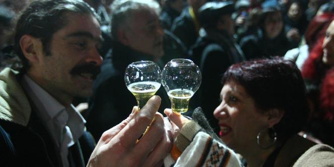 Deux Turcs trinquent à la bière dans un parc public à Ankara, le 29 janvier 2011.