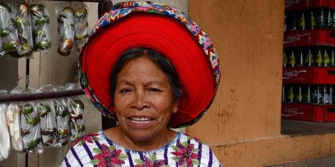 Au cœur du monde maya, le lac Atitlán. Une artiste qui peint selon le point de vue des oiseaux et des fourmis, une guérisseuse qui me croit malade, un dieu qui aime les cigares...  Au Guatemala, rencontre avec les Indiens Tz'utujils.