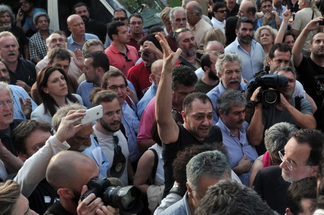 Des centaines de manifestants se sont réunis devant le siège d'ERT mardi 11 juin à Athènes après l'annonce de sa fermeture.