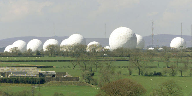 Le centre d'écoute de la Royal Air Force de Menwith Hill, dans le Yorkshire (Royaume-Uni), utilisé par les Britanniques et les Américains dans le cadre d'Echelon.