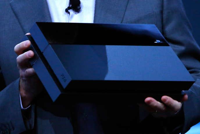 Sony avait présenté le design de sa nouvelle PlayStation 4 lors du salon E3 à Los Angeles, le 10 juin 2013.