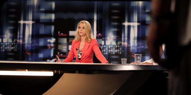 La présentatrice vedette de l'ERT durant le journal télévisé de mardi, peu après l'annonce de la fermeture de la chaîne.