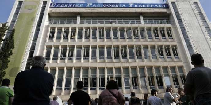 Le gouvernement grec a coupé les antennes de l'audiovisuel public, mardi 11 juin, suscitant un tollé en Grèce et en Europe. Des centaines de Grecs se sont rassemblés devant les bâtiments de la télévision publique après l'annonce brutale de la fin de diffusion des programmes.