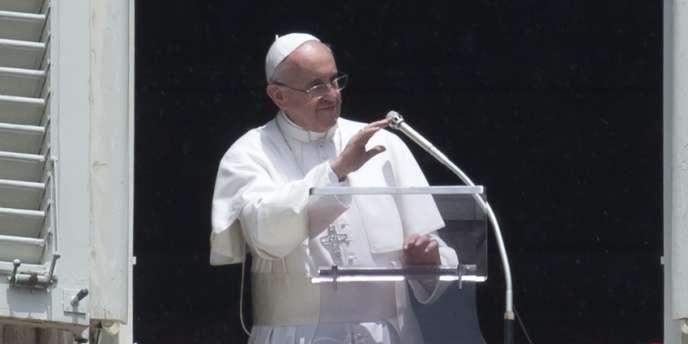 Le pape François, le 9 juin 2013 sur la place Saint Pierre.