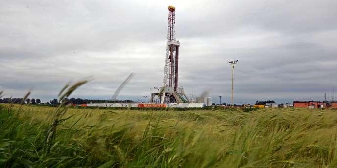 Dans l'est de la Pologne, la pollution des eaux engendrée par les forages sur le site d'extraction de gaz de schiste administré par le pétrolier américain Chevron suscite la colère des paysans.