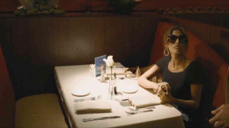 """Dans le film """"Bad Lieutenant : Escale à La Nouvelle-Orléans"""" (2009) de Werner Herzog, en revanche, l'ajout du vêtement d'Eva Mendes est presque  imperceptible."""
