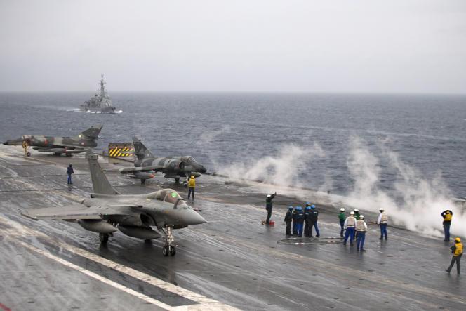 Un Rafale sur le porte-avions «Charles-de-Gaulle», au cours d'un exercice, en octobre 2012.