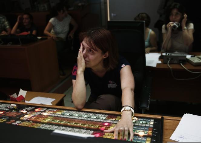 Une employée de l'ERT le 12 juin 2013.
