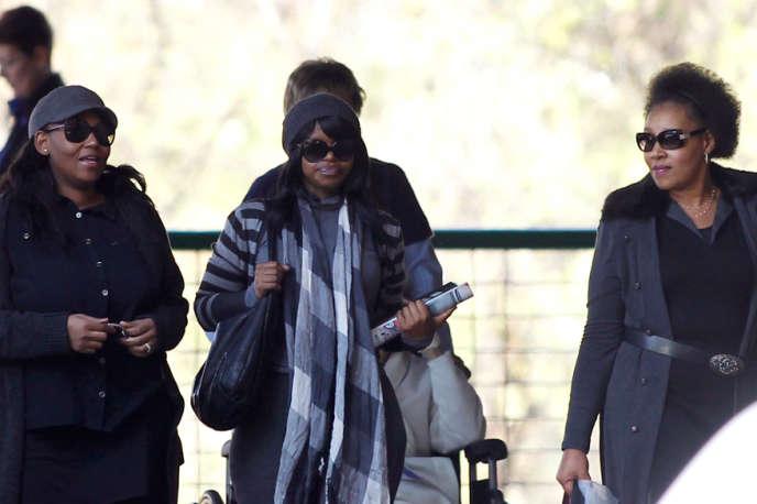 Zenani Mandela (à droite), fille de l'ancien président sud-africain, à l'hôpital de Pretoria,  le 12 juin.