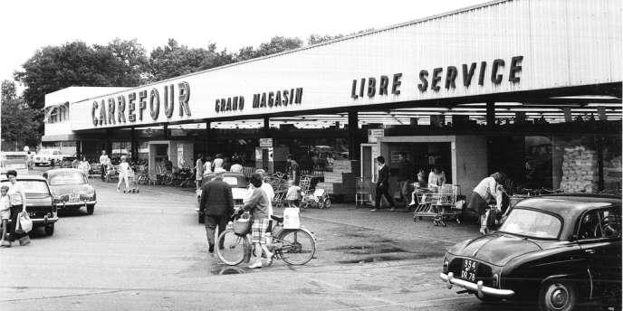 Le premier hyper est né le 15 juin 1963 en région parisienne, à Sainte-Geneviève-des-Bois, avec 2 500 m² de surface, douze caisses et 400 places de parking. Outre sa taille, son achalandage (qui mélange alimentaire et non-alimentaire) est l'un de ses caractères distinctifs.