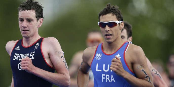 Vincent Luis au côté d'Alistair Brownlee, champion olympique, lors de la finale aux JO de Londres, le 7 août.