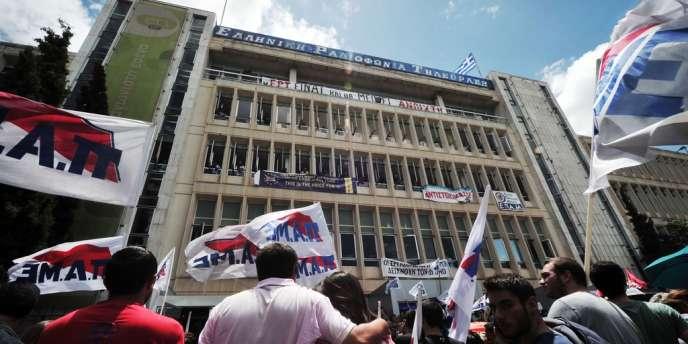 Des manifestants devant le siège de l'ERT à Athènes, le 13 juin.