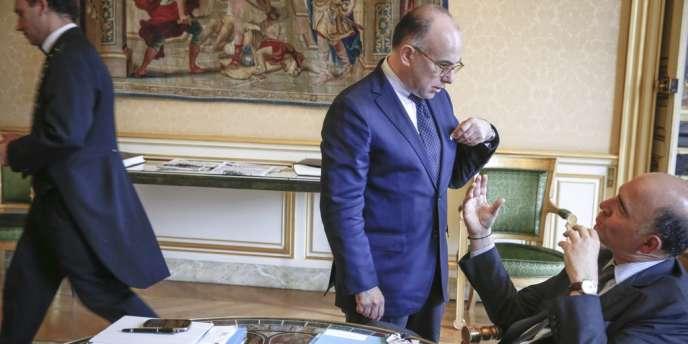 Bernard Cazeneuve, ministre délégué au budget, et Pierre Moscovici, ministre de l'économie et des finances, à Matignon, le 12 juin.